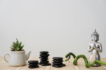 Vulkanische Steine, Blumentopf, Bambus und Buddha