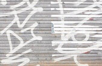 Wand mit weißen Graffiti