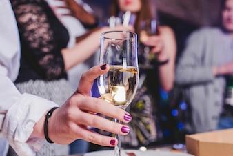 Weibliche Hand mit Champagner