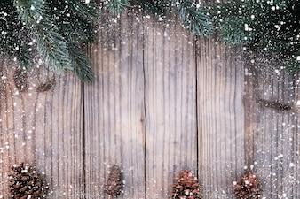 Weihnachten Hintergrund - Tanne und Tannenzapfen schmücken rustikalen Elemente auf Vintage Holz Tisch mit Schneeflocke. Kreatives Flat-Layout und Top-View-Komposition mit Rand- und Copy-Space-Design.