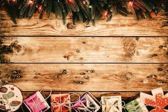 Weihnachten Tanne mit Dekorationen und Geschenk-Boxen auf dunklen Holzbrett (Neujahr Hintergrund) mit Kopie Raum - Vintage Farbton