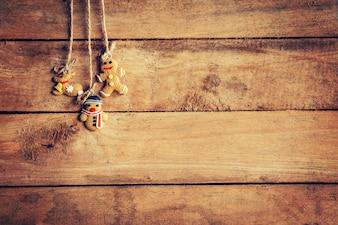 Weihnachtsdekoration hängen auf hölzernen Hintergrund mit Platz