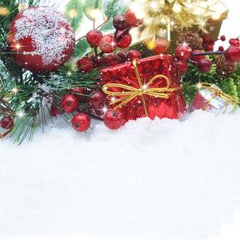 Weihnachtsdekorationen im Schnee eingebettet