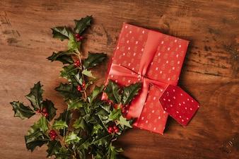 Weihnachtskomposition mit Geschenken und Mistel