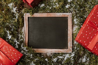 Weihnachtskomposition mit Schiefer und Geschenken