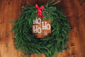 Weihnachtskranz an einer Holztür