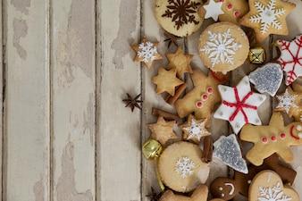Weihnachtsplätzchen auf einem Holztisch