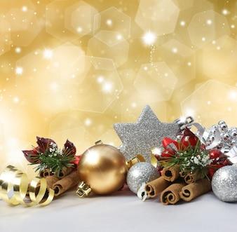 Weihnachtsschmuck auf einem glitzernden Goldhintergrund