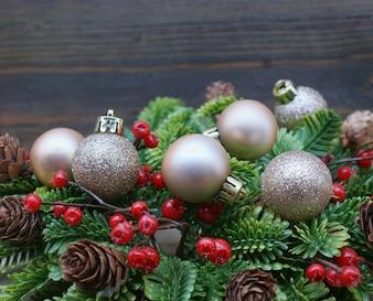 Weihnachtsschmuck mit einem hölzernen Hintergrund