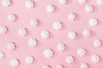 Weiße Marshmallows auf rosa