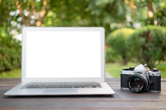 Weißer Bildschirm Laptop und alte Vintage Kamera