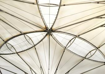 Weißes gebogenes Dach von innen gesehen