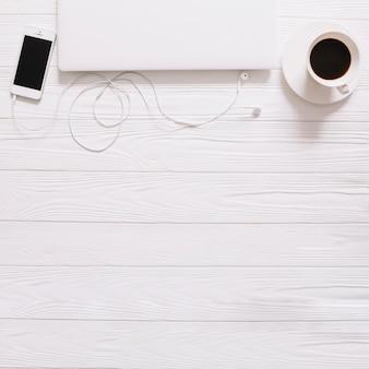 Weißes Stilleben mit Gadgets