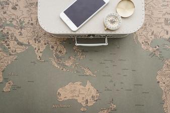 Weltkarte Hintergrund mit Koffer, Kompass und Handy