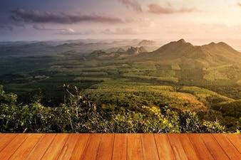 Wiese mit einem Berg von einem Holztisch gesehen