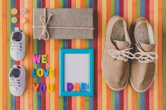 Wir lieben dich Papa mit Süßigkeiten und Geschenken