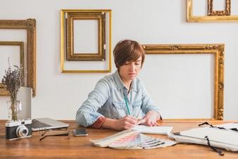 Worker schriftlich in ihrem Notizbuch