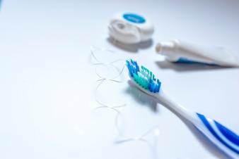 Zahnbürste, Zahnpasta und Zahnseide