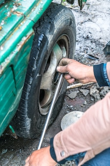 Ziehen Sie den schlechten Reifen heraus