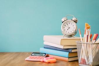 Zurück zum Schulkonzept mit Haufen Bücher