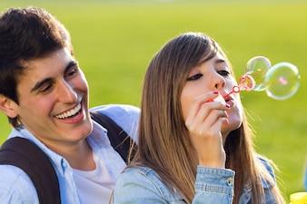 Zusammen romantischen garten verspielt lächeln
