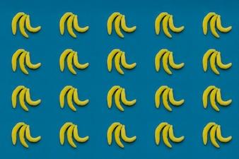 Zusammensetzung mit Bonbons von Bananen und blauem Hintergrund