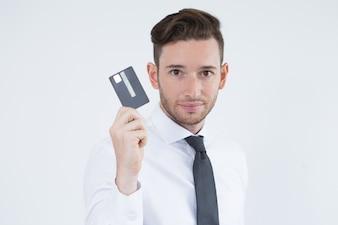 Zuversichtlich männlicher Manager mit bargeldloser Zahlung
