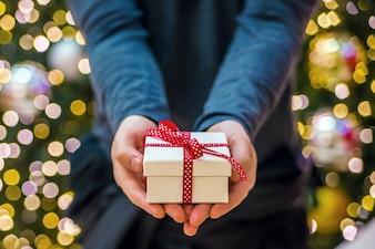 Zwei Hände halten ein Geschenk