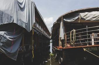 Zwei Hausboote angedockt nebeneinander