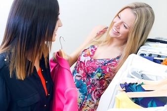 Zwei junge Freunde auf der Suche nach Kleidung im Laden