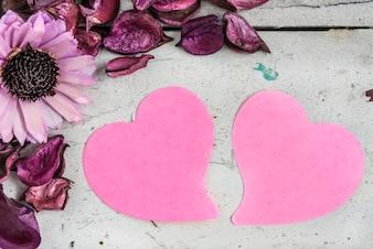 Zwei leere Herzen beachten Papier mit rosa Blüten