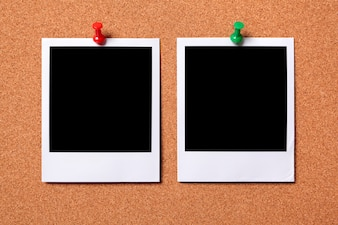 Zwei polaroid Fotoabzüge auf einem Korkenanschlagtafel