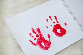 Zwei rote Palmbilder auf weißem Papier