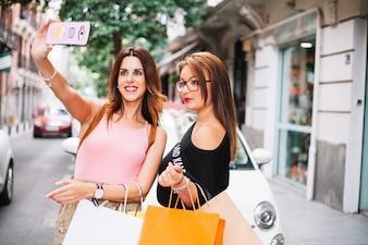 Zwei schöne Frauen, die sich selbst sammeln