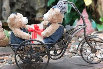 Zwei Teddybären auf Gartenhintergrund