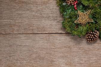 Zweig eines Weihnachtsbaums mit einem Sternchen