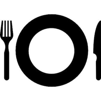 フォークとナイフでプレートがトップビューから、設定されたツールを食べる