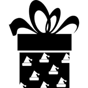小さな三角形のパターンのデザインと大きなリボンでクリスマスのギフトボックス黒四角