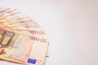 50ユーロの銀行券が連続しています。欧州連合通貨。 50ユーロ紙幣のスタック。