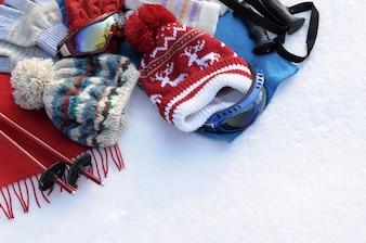 雪の中で一日を楽しんで幸せなスノーボーダー