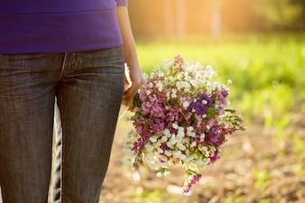 バレンタインギフトと花、ヴィンテージトーンを持つロマンチックなカップル