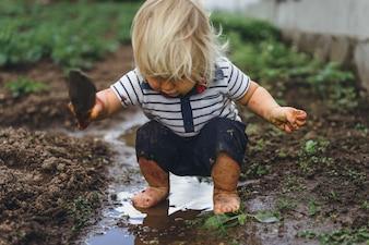 少年少年がイチゴを振りかける