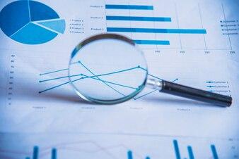 アカウンティングデータ、チャート、および拡大鏡。多くのチャートやグラフ。反射光とフレア