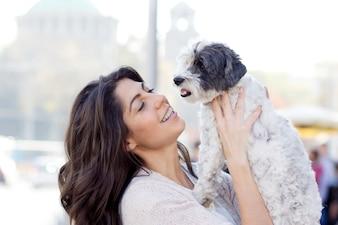 彼女のペットと愛らしい若い女性