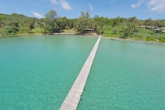 ターコイズブルーの水の中の熱帯島の航空写真。熱帯のクッド島の豪華なオーシャンビラ、休暇の休暇の背景のコンセプト - ブーストアップカラー処理。