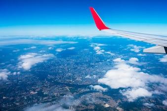 航空機の翼と地上都市、空中展望