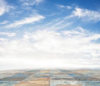 石のタイル張りの床の空のシーンと青空