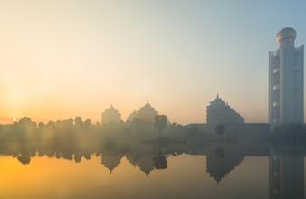 Древний Таллинн и современная архитектура, ранним утром, на поверхности воды присутствует туман, Китай