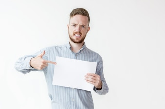 Злой человек, указывая на пустой лист бумаги