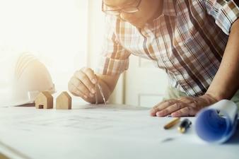 建築家またはエンジニアオフィスで働く、建設コンセプト。